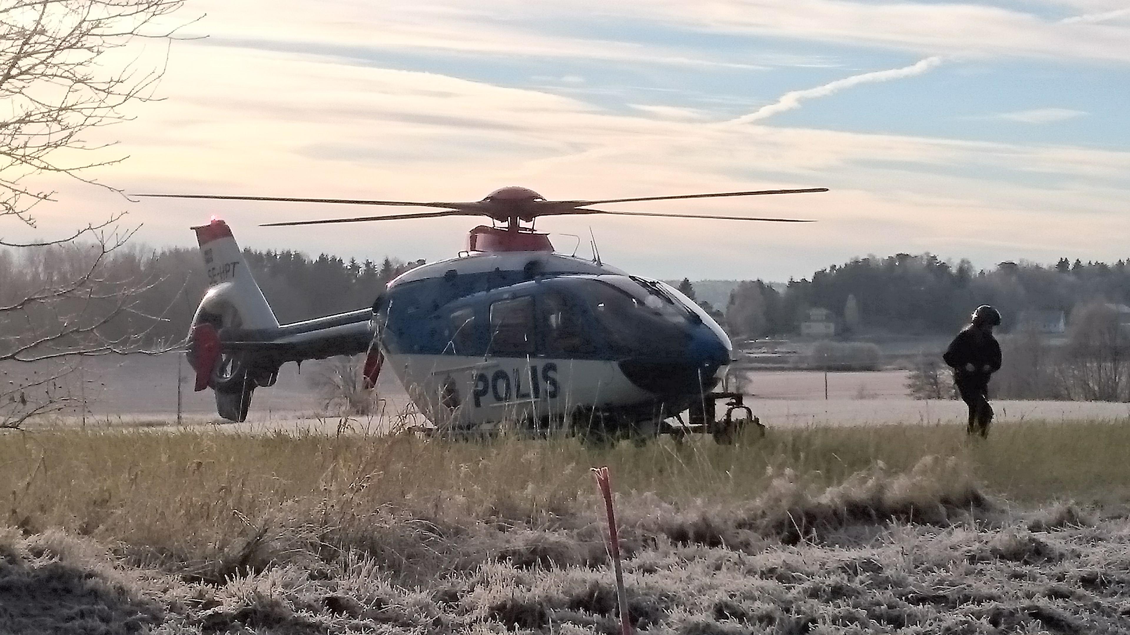 Polisens helikopter landande vid hemvärnsgården innan den sattes in i sökandet.